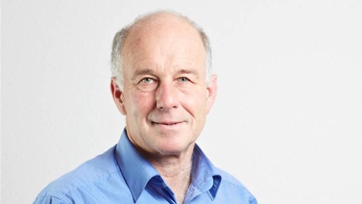 Der 61-Jährige ist Professor für vergleichende Politik und Europapolitik sowie Direktor des Instituts für Politikwissenschaft an der Universität Bern. Er hat zahlreiche Publikationen über die europäische Integration sowie über die Wirtschafts- und Sozialpolitik in der Schweiz und in der EU verfasst. Der gebürtige Stuttgarter ist deutsch-schweizerischer Doppelbürger – und somit auch EU-Bürger.