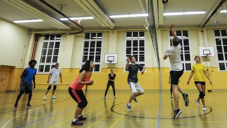 Der Verein ASK organisiert Sporttreffen mit Flüchtlingen und Ausländern und Schweizern. Hier beim Volleyball in der Theaterturnhalle Basel.