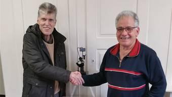 Gemeinderat Andreas Ott (l.) bedankt sich bei Kurt Bolliger.