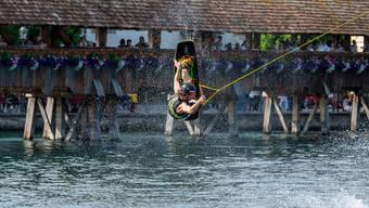 Das zweitägige Luzerner Fest ist am Freitagabend eröffnet worden. Dieses Jahr zeigen erstmals Wakeboard-Sportler auf der Reuss zwischen Kapellbrücke und Seebrücke ihr Können.