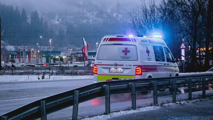 Ein Einsatzfahrzeug auf dem Weg zur Unfallstelle.