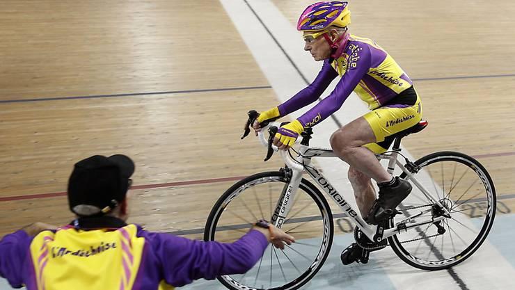 105-jährig und kein bisschen langsam: Robert Marchand überquert bei seinem Stundenweltrekord die Ziellinie