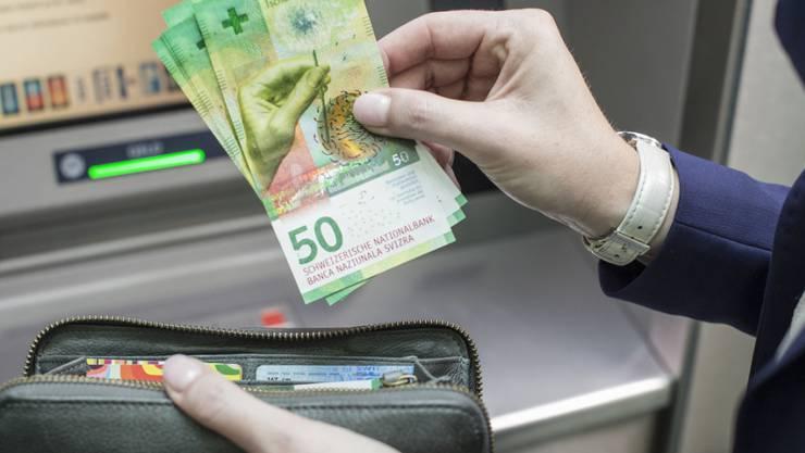 Schweizer Arbeitnehmende hatten im vergangenen Jahr dank tieferen Konsumentenpreisen 1,1 Prozent mehr Lohn zum Ausgeben als 2015. (Symbolbild)