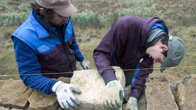 Zivildienstleistende bauen eine Trockenmauer (Archiv)