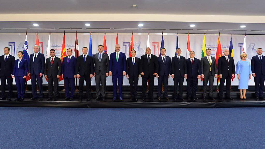 16+1 - Gruppenfoto mit Chinas Regierungschef Li Keqiang (M) und den 16 Regierungschefs aus Ost- und Mitteleuropa