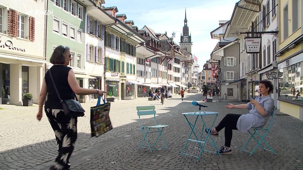 «Uf Bsuech» mit Gartenstuhl und Tisch