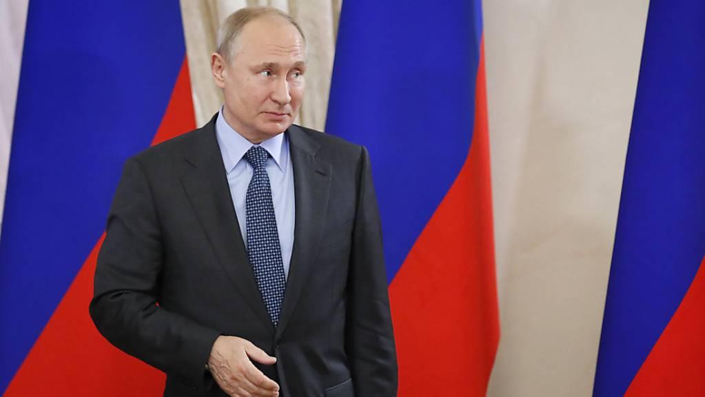 ARCHIV - Wladimir Putin, Präsident von Russland, wartet auf den bulgarischen Präsidenten Radew während des Internationalen Wirtschaftsforums. Foto: Yuri Kochetkov/POOL EPA/AP/dpa
