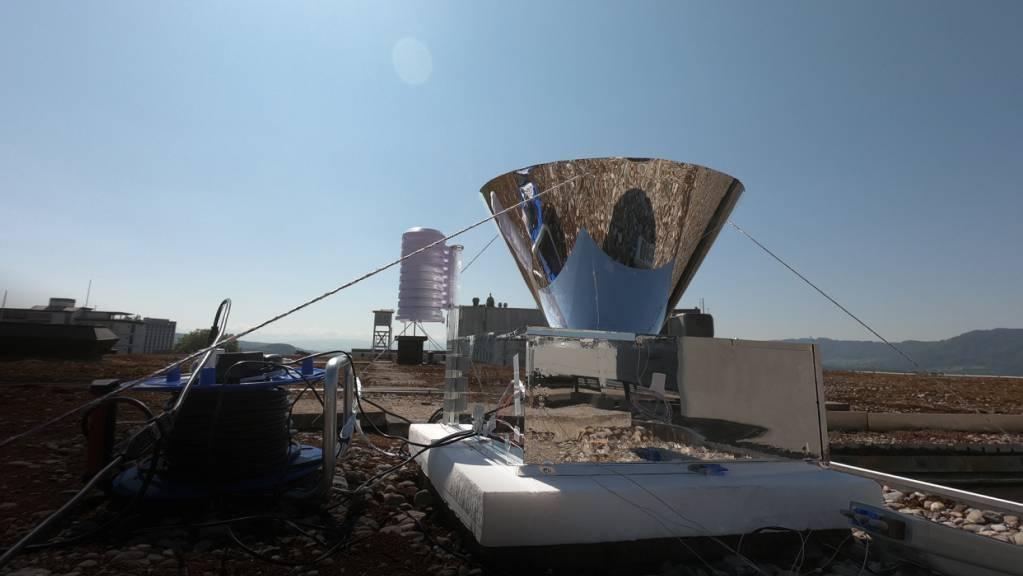 Auf dem Dach eines ETH-Gebäudes stellten die Forscher eine Pilot-Anlage ihrer Wasser-Ernte-Technologie auf. Damit gelang es ihnen, Wasser aus Luftfeuchtigkeit zu gewinnen. (Pressebild)