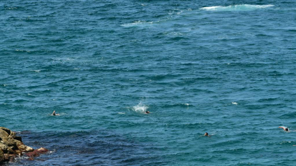Migranten aus Marokko schwimmen zur spanischen Nordafrika-Exklave Ceuta.