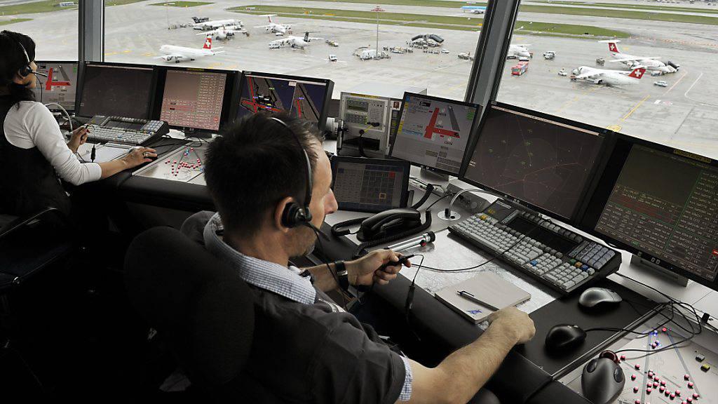 Vier Berufsverbände der Fluglotsen in der Schweiz spannen künftig zusammen. (Archivbild)