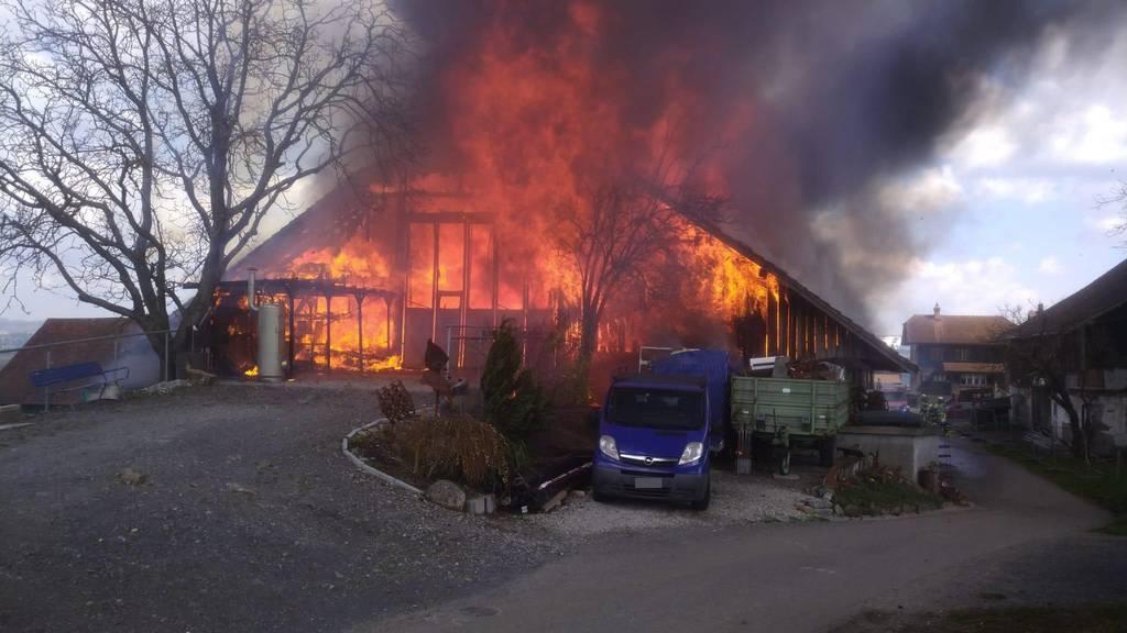 Scheune brennt aus unbekannten Gründen komplett nieder