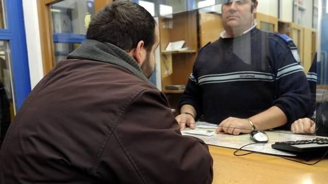 Asylsuchender (l) am Schalter beim Empfangszentrum in Chiasso (Symbolbild)