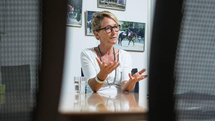 Susanne Hochuli nach Bekanntgabe des Rückzugs in ihrem Büro. chris iseli