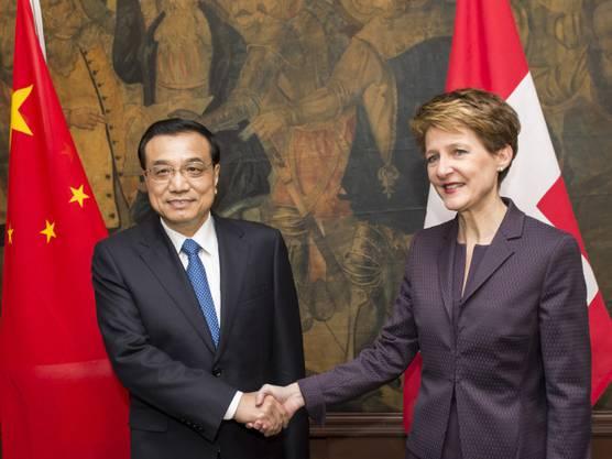 Chinas Premier Li Keqiang (l.) mit Simonetta Sommaruga am WEF