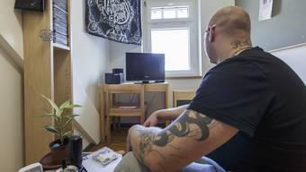 «Ich bin ein sauberer Mensch. Wenn man in Heimen aufwächst, lernt man, ordentlich zu sein.» Insasse T. in seiner Zelle in der Justizvollzugsanstalt Solothurn im Schachen Deitingen.