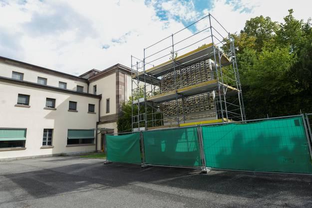 Musterelement des Neubaus am zukünftigen Bauplatz.