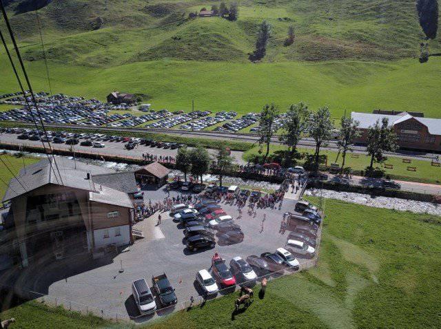 An Spitzentagen warten die Gäste bis zu eine Stunde auf die Ebenalp-Bahn. (Bild: zVg)