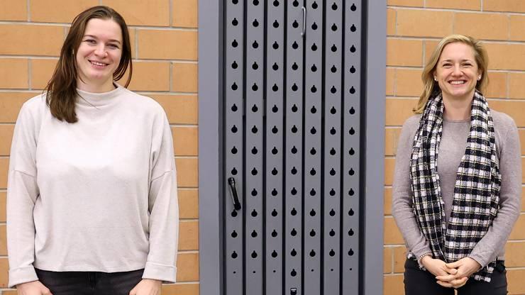 Laura Tschopp (li.) und Esther Keller (re.) posieren für ein Bild beim Heimspiel im Löhrenacker.