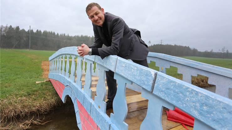 Gemeindepräsident Georg Lindemann auf der neuen Brücke.