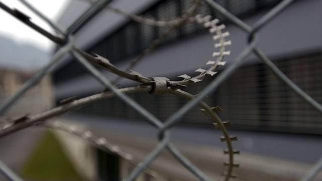 Der Mann sitzt immer noch hinter Gitter (Symbolbild)