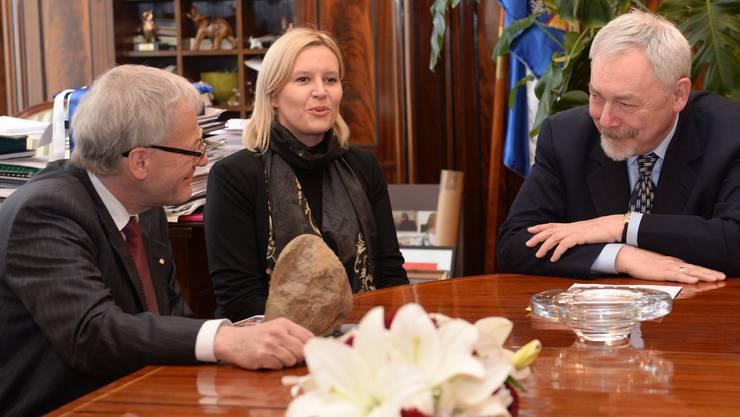 Stadtpräsidenten-Treffen: Kurt Fluri übergibt seinem Krakauer Kollegen Jacek Majchrowski einen Ammoniten. In der Mitte die Krakauer Beauftragte für Städtepartnerschaften und Dolmetscherin Justyna Olszanska.