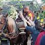 Schlangestehen vor einer thailändischen Legende: Abt Phra Khru Ba Neua Chai segnet jeden einzelnen Pilger.Bild: Martina Katz