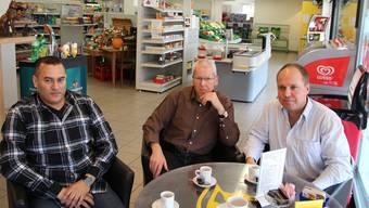 Dorfladen-Pächter Hatem Badawy (links) hat gerechnet: Falls alle Hermetschwiler im Dorf einkaufen, könnte er sich sogar Ferien leisten. Dass der Laden überhaupt im Dorf bleibt, ist der Initiative von Elektra-Präsident Markus Wey (rechts) und der Unterstützung von Erich Stöckli zu verdanken. (ROB)