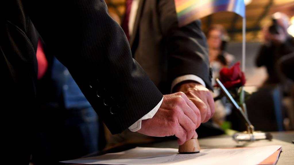 «Ehe für alle»-Gegner zeigen Raiffeisenbank Zug an