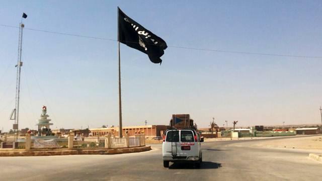 Flagge der Terrormiliz Islamischer Staat in Rawah, Irak (Archiv)