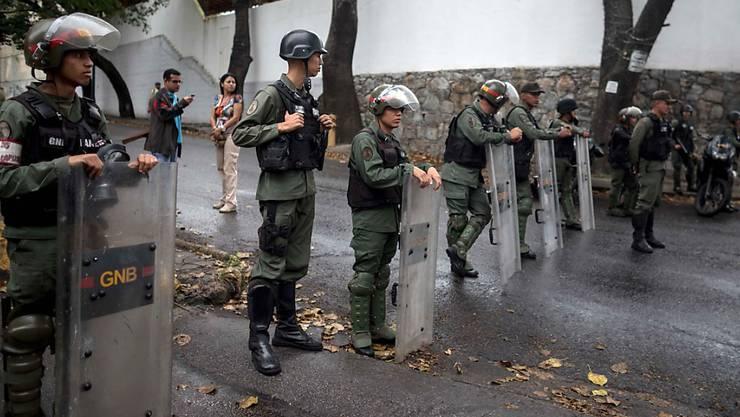 Sicherheitskräfte blockieren in der venezolanischen Hauptstadt Caracas den Zugang zur Leichenhalle, in der der getötete Aufständische Oscar Pérez aufbewahrt wird.