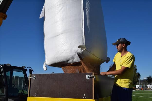 Vorarbeiter Joel Machado Carneiro von der Firma Walo füllt Korkgranulat in die Verfüllmaschine.