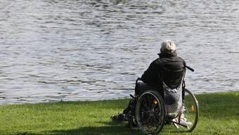 Ein älterer Mann sitzt in seinem Rollstuhl. (Symbolbild)