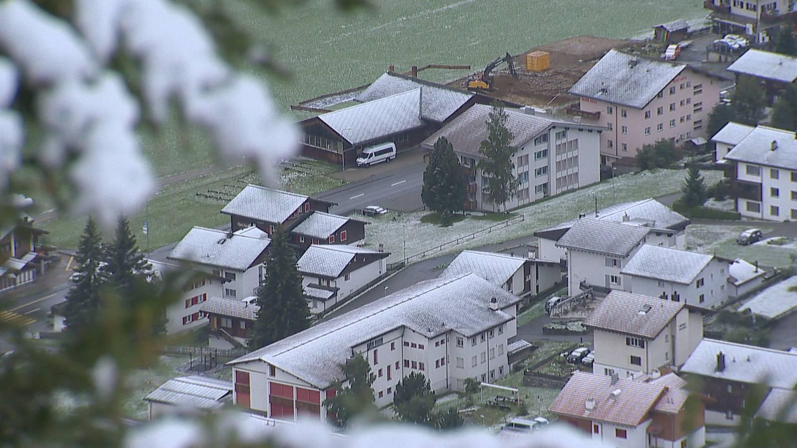 In Sedrun liegt der erste Herbstschnee. (© Beat Kälin)