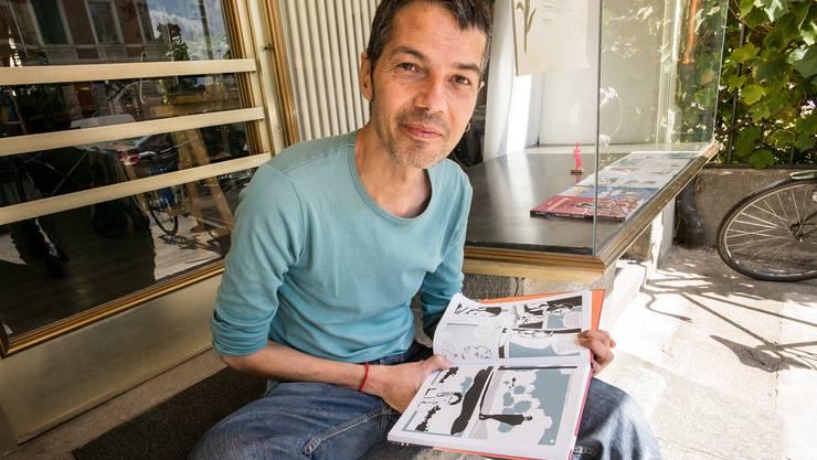 Reto Gloor mit «Das Karma-Problem» vor seinem Atelier. Der Aargauer lebt seit vielen Jahren in Basel.