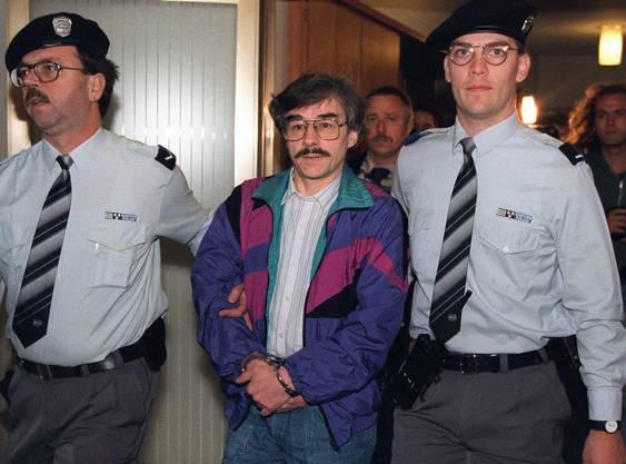 Der vierfache Kindermörder Werner Ferrari (mittlerweile 69-jährig) wird 1995 in Wettingen ins Gericht geführt.