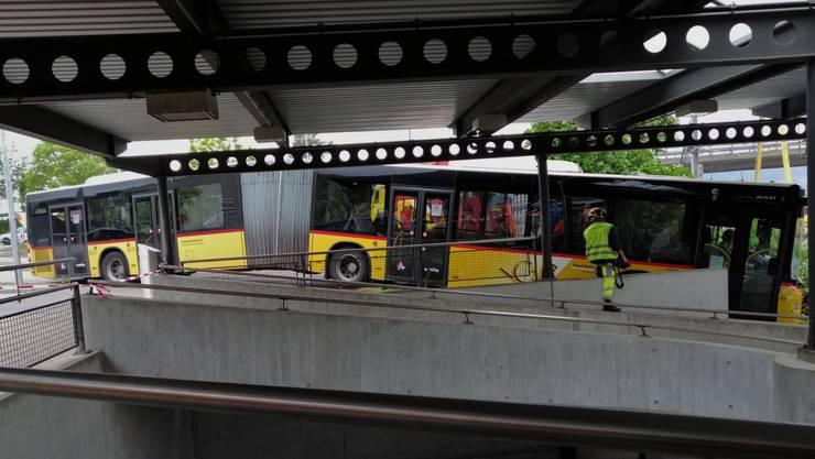 Unfall am Bahnhof in Birr: Ein Postauto kracht neben einer Fussgängerunterführung in eine Mauer.