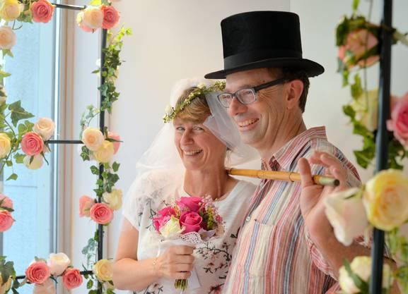 Angela Föllmi und Ueli Marbot genossen ihre fake Hochzeit im Schaufenster des «Chuchilade».