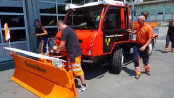 Der Muli T 90 wird von den Bauamtsmitarbeitern freudig in Empfang genommen. Marc Reinhard