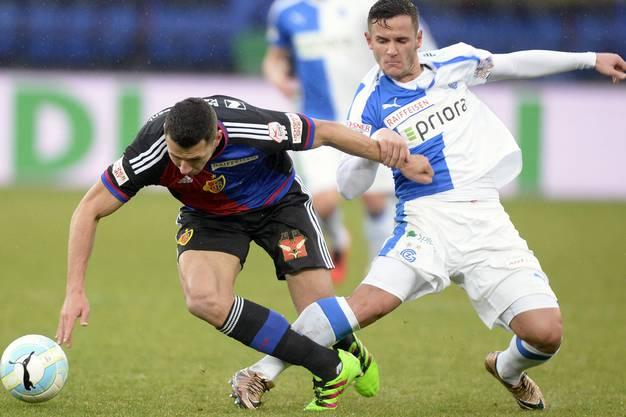 Marek Suchy, Torschütze zum 2:0, stolpelt über Shani Tarashaj.