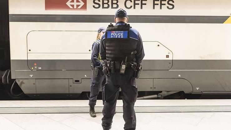 In der Nacht auf Samstag sind in einem Zug von Biel nach Bern mehrere Personen in eine Auseinandersetzung geraten. Zwei Personen wurden verletzt, 15 angehalten und auf einen Polizeiposten gebracht. (Symbolbild)