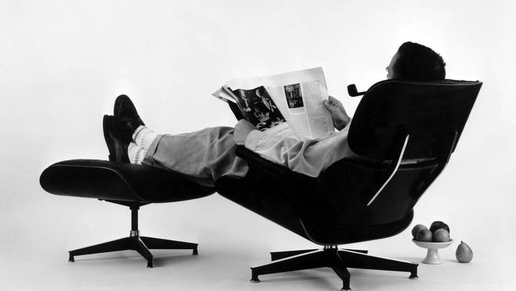 Charles Eames in seinem - auch aus Bond-Filmen - berühmten Lounge Chair, 1956.