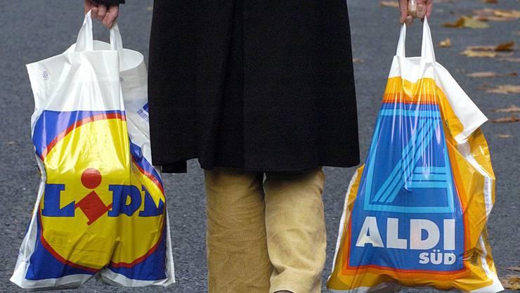 Günstig Einkaufen im Nachbarland: Laut Unia stehen in der Schweiz 10 000 Stellen auf dem Spiel.