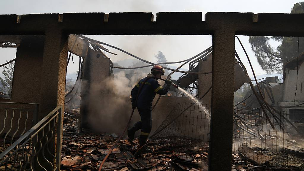 Nordwestlich von Athen kämpfte die griechische Feuerwehr erneut gegen einen Brand, der in der Nähe der Stelle aufgeflammt sei, wo schon vor einer Woche bei Vilia ein Großfeuer ausgebrochen war. Foto: Thanassis Stavrakis/AP/dpa