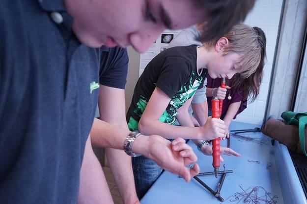 Schüler bei einem Experiment im Modul Faszination Brückenbau.