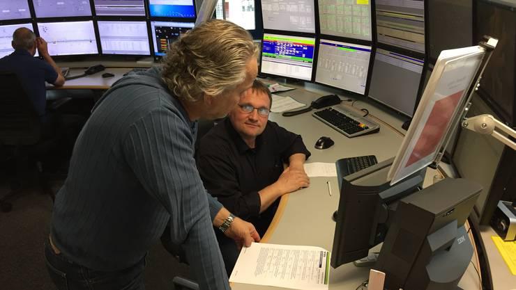 Technische Operateure überwachen und steuern das Bahnstromnetz sowie die Tunnel rund um die Uhr.