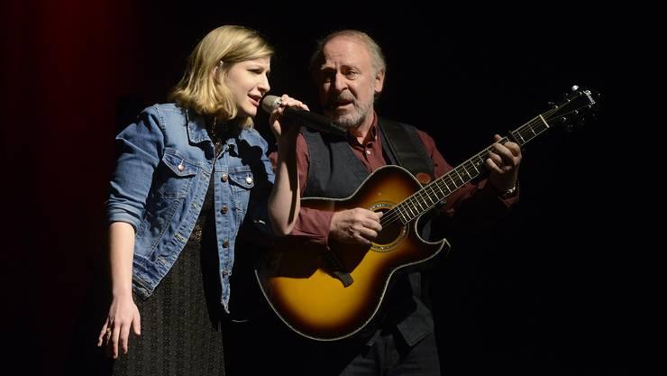 Peter Reber und seine Tochter Nina auf der Bühne im Parktheater.