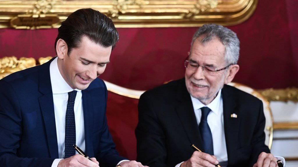 Der neue Regierungschef Österreichs, Sebastian Kurz (l.), und Bundespräsident Alexander Van der Bellen (r.) während der Vereidigung in der Wiener Hofburg.