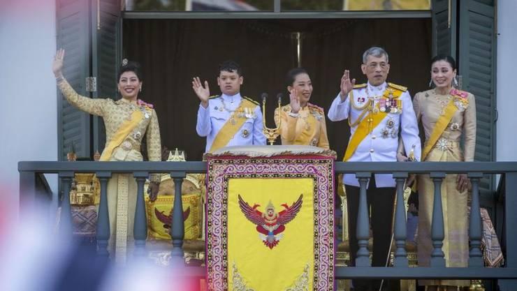 Thailands frisch gekrönter König Maha Vajiralongkorn (2. v.r.) hat sich am Montag in Bangkok erstmals in einer kurzen Ansprache ans Volk gewandt.