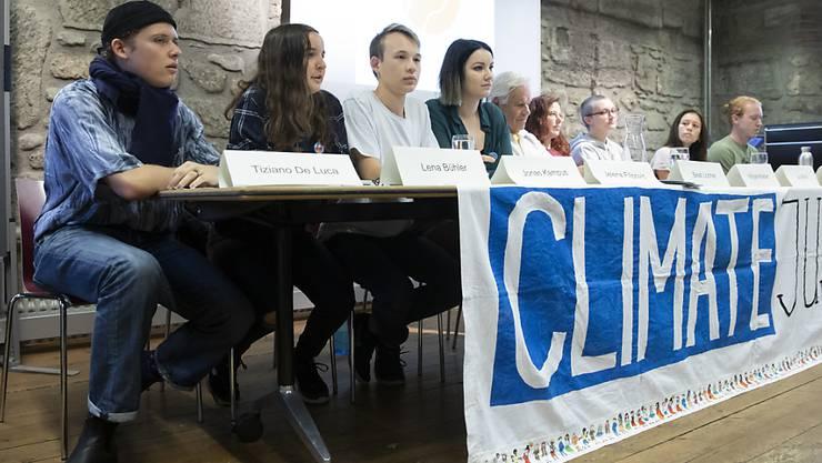 """Tiziano De Luca, Lena Bühler, Jonas Kampus, Jelena Filipovic und weitere Mitglieder der Arbeitsgruppe """"Strike for Future"""" (von links) informierten an einer Medienkonferenz über den für Mai 2020 geplanten nationalen Klimastreik."""