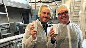 Timo Waser (links) und Christophe Berger haben für die Lancierung von «Naked Mermaid» 250000 Dosen produzieren lassen. Bild: zvg